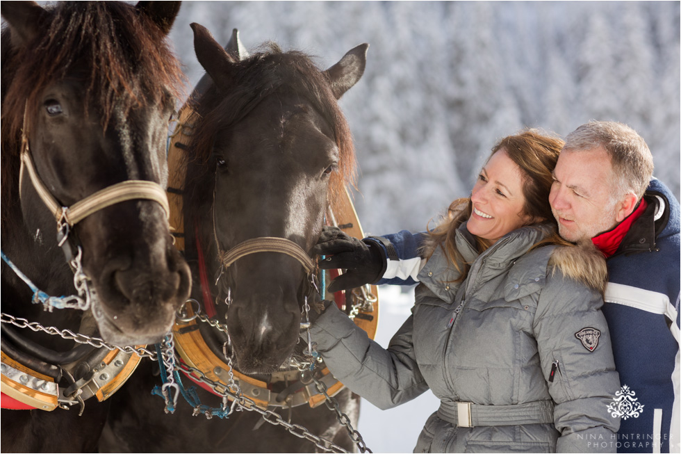 cute couple with horses during a sleigh ride in st. anton am arlberg - Blog of Nina Hintringer Photography - Wedding Photography, Wedding Reportage and Destination Weddings
